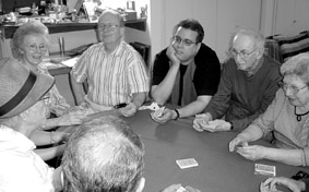 Ron Wohl, Eric de Camps, Herb Zarrow e altri mentre seguono con attenzione le istruzioni e i Riti che la voce magica indica loro