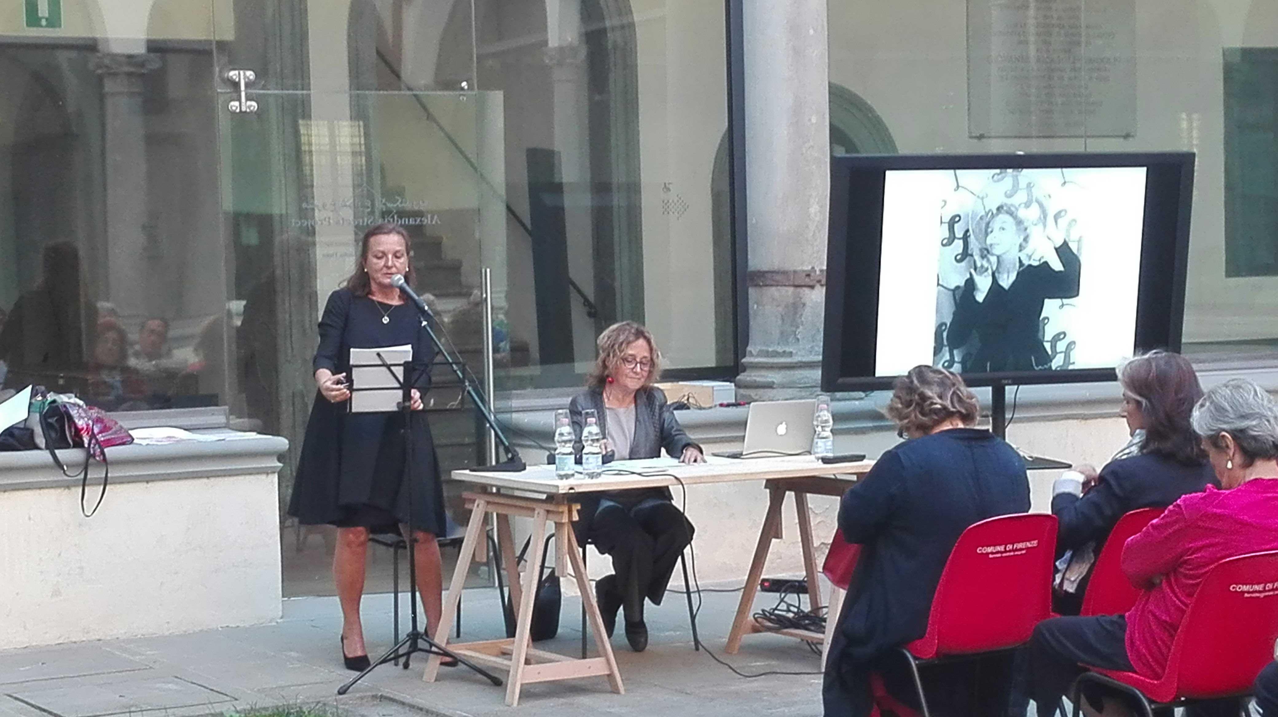 Ernestina Pellegrini e Angela Giuntini nel chiostro del Museo Novecento